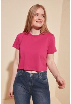 Розовая женская футболка укороченная