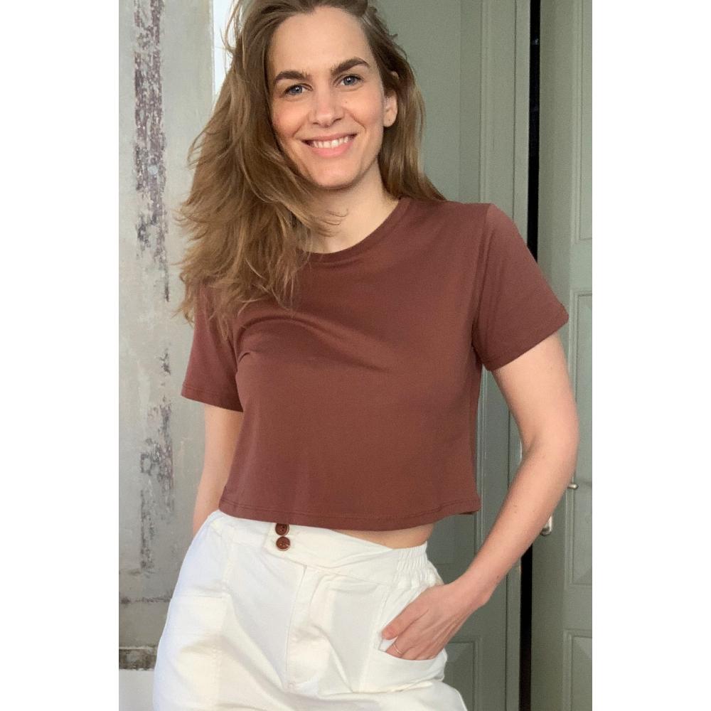 Женская футболка коричневого цвета
