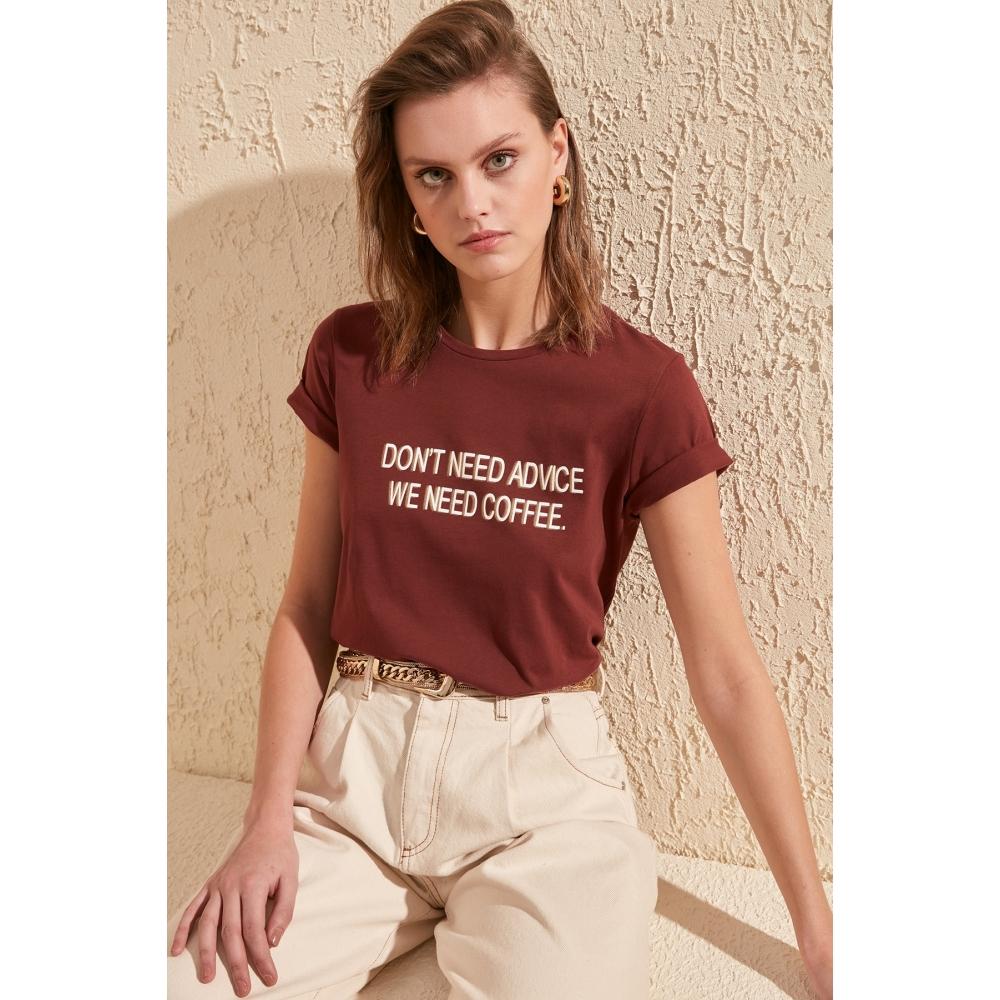 Qadın T-shirt Trendyolmilla qəhvəyi rəngdə hərfli