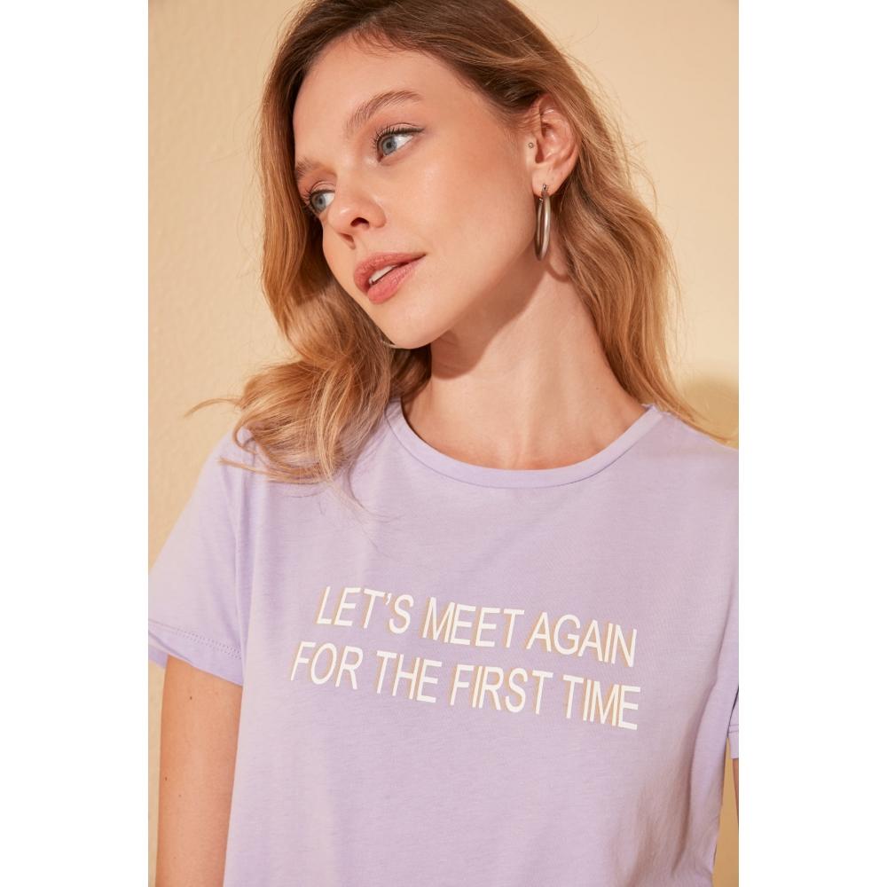 Женская футболка фиолетового цвета с надписью