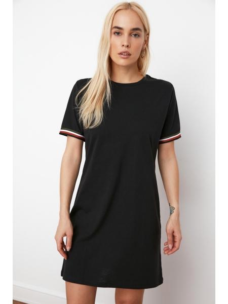 Женское черное платье мини формы с круглым воротником