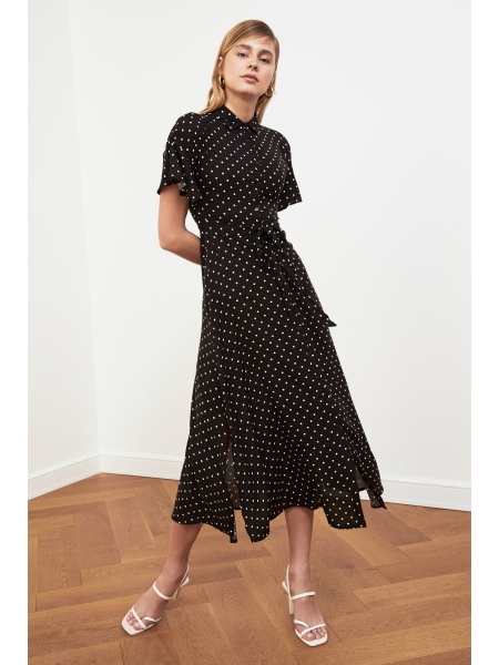 Женское черное платье в горошек с поясом и воротником рубашки