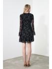 Женское черное платье с цветками длинными рукавами и стойка воротником