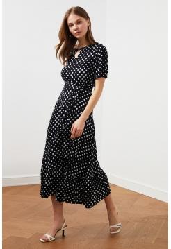 Черное женское платье в горошек миди формы