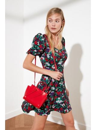 Женское платье мини с разноцветными цветами с каре горловиной