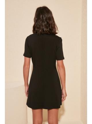 Женское мини платье с v-образным воротником черного цвета