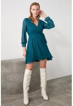 Платье изумрудного цвета из шифона с длинными рукавами