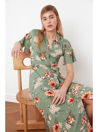 Зеленое платье с цветочками миди формы с воротником рубашки