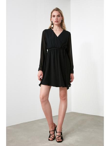 Черное платье с поясом длинными рукавами и двубортным воротником