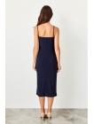 Синее платье миди без рукавов и воротником каре