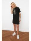 Сплошное черное платье с рисунком спереди