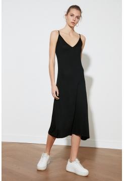 Длинное платье на лямках черного цвета без рукавов