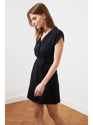 Короткое черное платье на пуговицах с ремнем Trendyolmilla