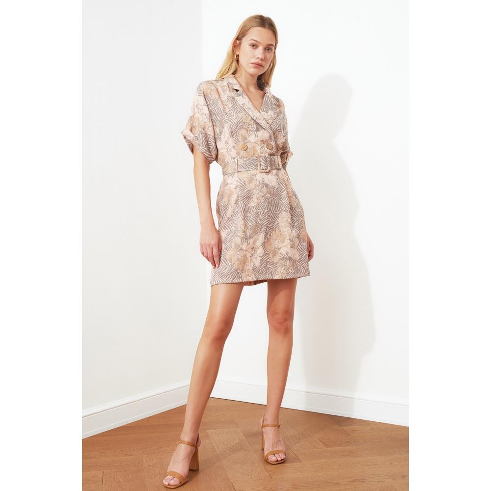 Женское платье с ремнем песочного цвета с рисунком