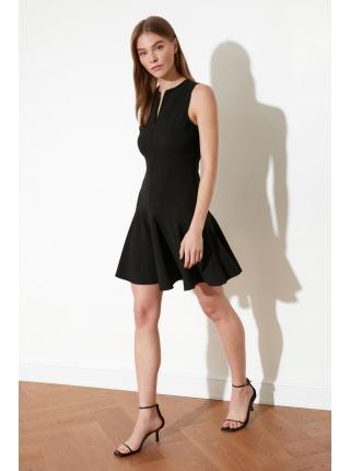 Женское черное мини платье с молнией и круглым воротником