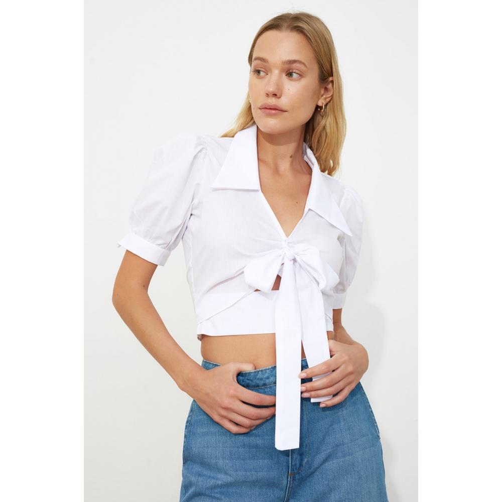 Белая короткая блузка с бантом