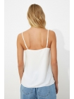 Женская блузка белого цвета с кружевами на подвесках