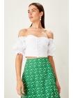 Белая короткая женская блузка с воротником кармен