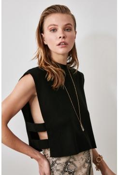 Женская блузка с открытыми боками и стойка воротником