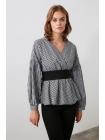 Блузка в сетку черно белого цвета с поясом