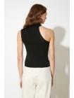 Женская блузка ассиметричной формы рукавов с круглым воротником