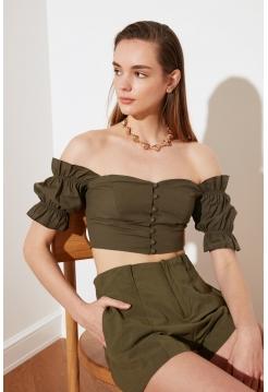 Женская блузка цвета хаки с воротником кармен