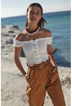 Ağ rəngli qısa ölçülü qadın bluzu