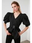 Женская двубортная черная блузка с широкими рукавами и ремнем