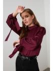 Женская блузка бордового цвета с застежками на рукавах
