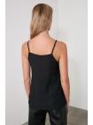 V yaxalı askılı qolsuz Trendyolmilla qadın bluzu