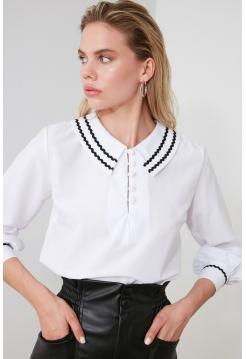 Женская блузка с воротником рубашки белого цвета