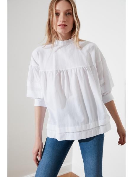 Dik yaxalı arxada və qollarda bağlamalar ilə qadın bluzu