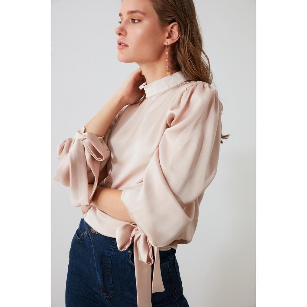 Женская блузка кремового цвета с бантиками на рукавах